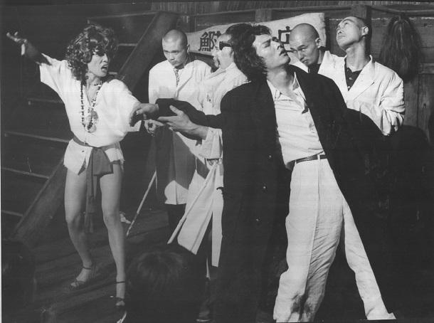 状況劇場が1973年に上演した「海の牙」。(手前左から)李麗仙と根津甚八