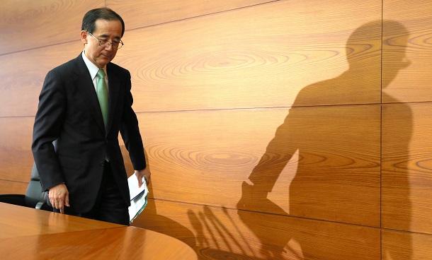 退任会見を終え退席する白川方明総裁=2013年3月19日、東京都中央区の日銀本店