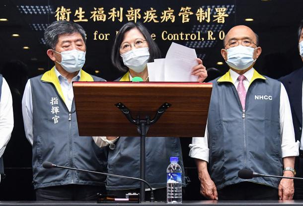写真・図版 : 新型コロナのワクチン供給予定などを読み上げる台湾の蔡英文総統(中央)=2021年5月18日、台北