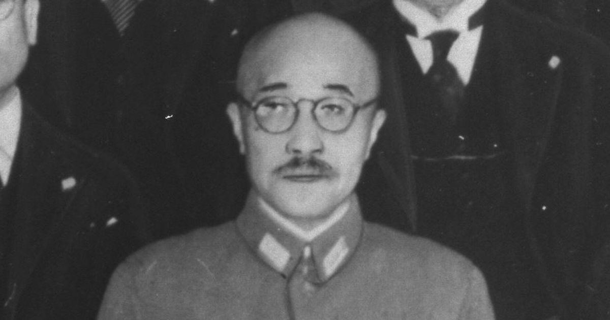 写真・図版 : 1941年8月、東条内閣が成立し記念撮影に臨む東条英機首相=朝日新聞社