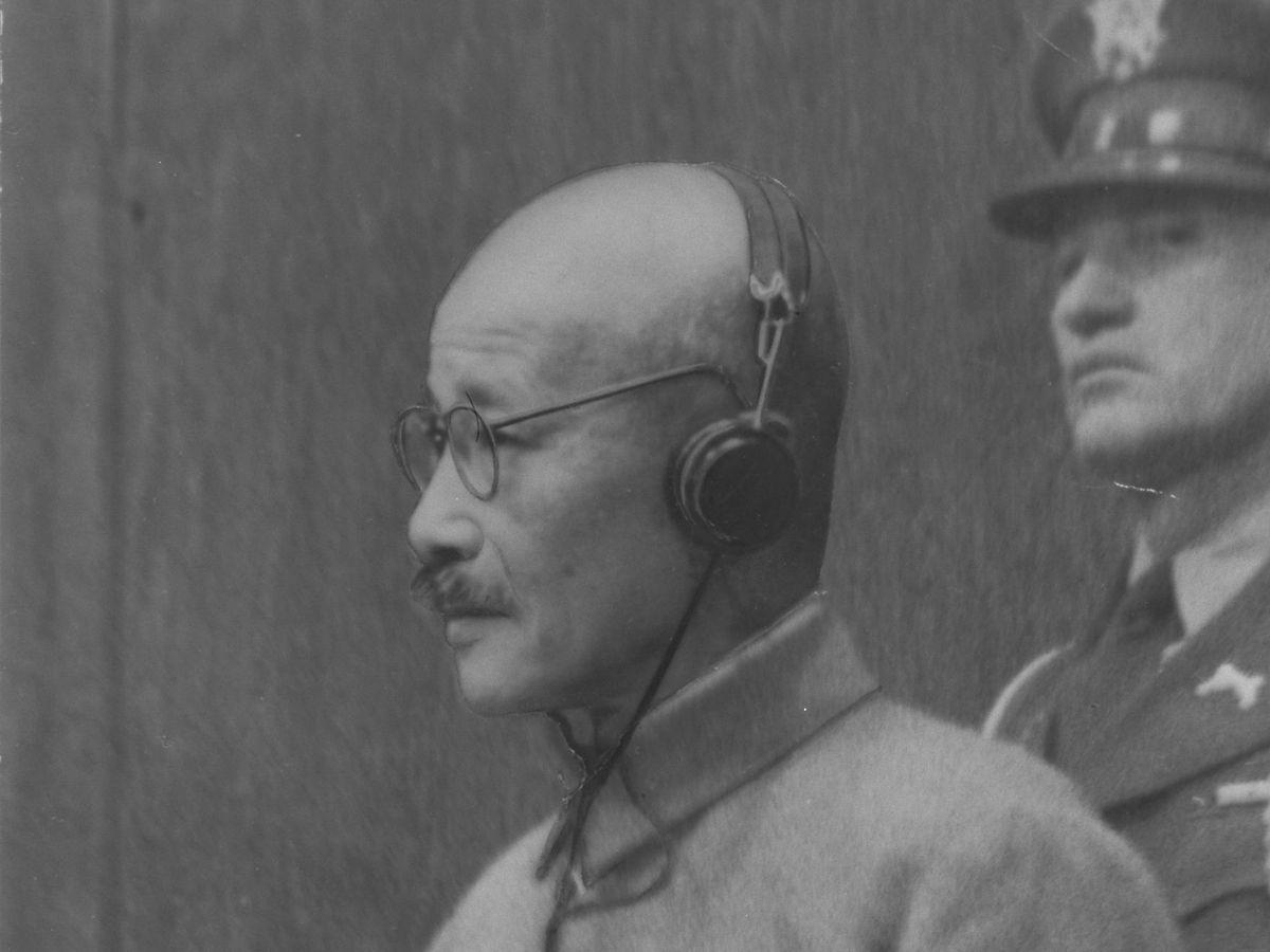写真・図版 : 1948年11月、東京裁判で絞首刑の判決を言い渡される東条英機・元首相=朝日新聞社