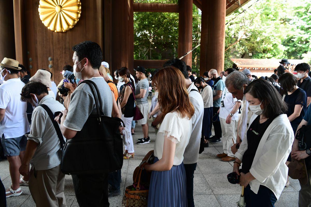 写真・図版 : 2020年の終戦の日に靖国神社に参拝する人たち=東京・九段北。朝日新聞社