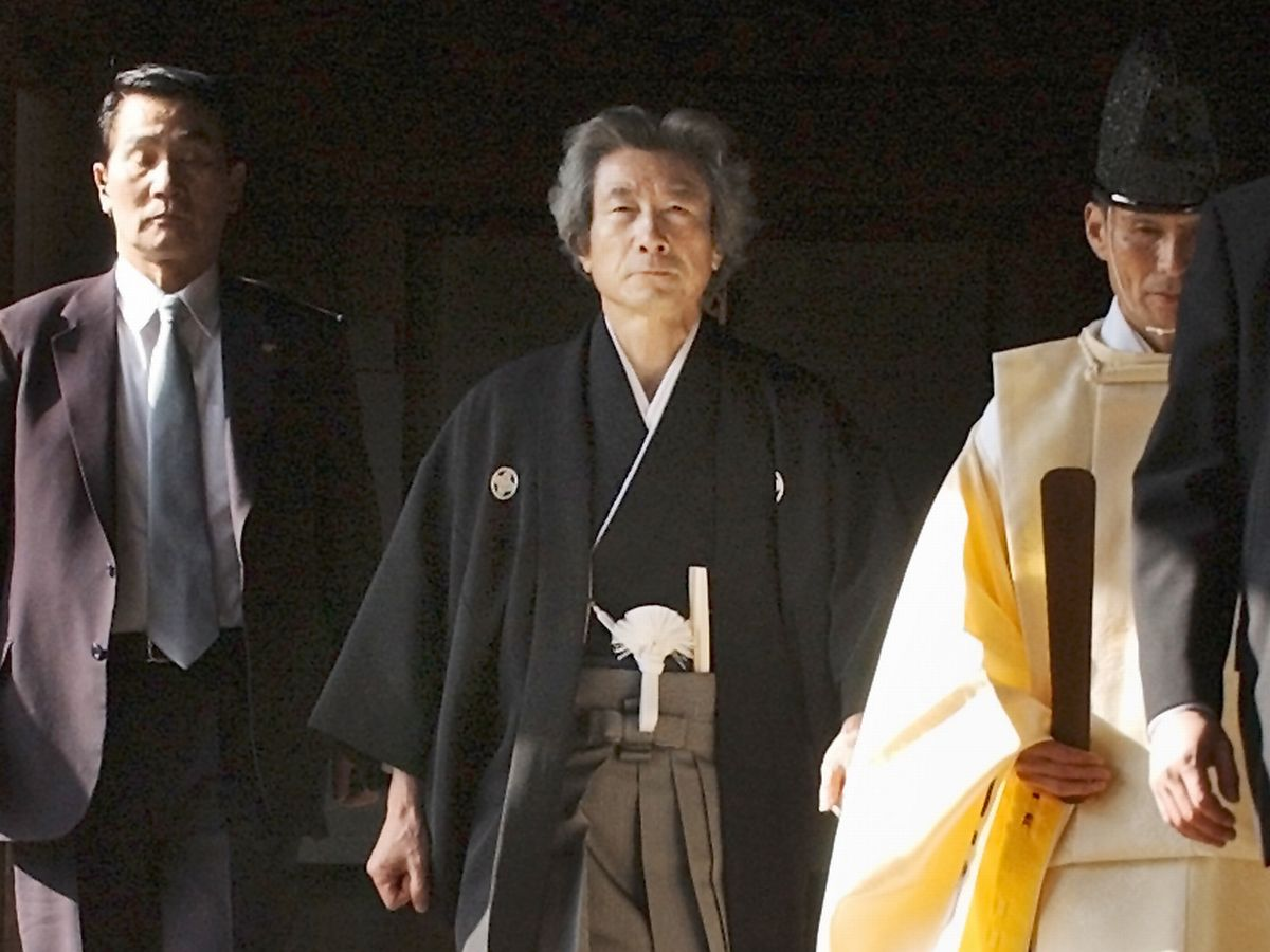写真・図版 : 2004年1月、靖国神社に参拝する小泉純一郎首相=朝日新聞社