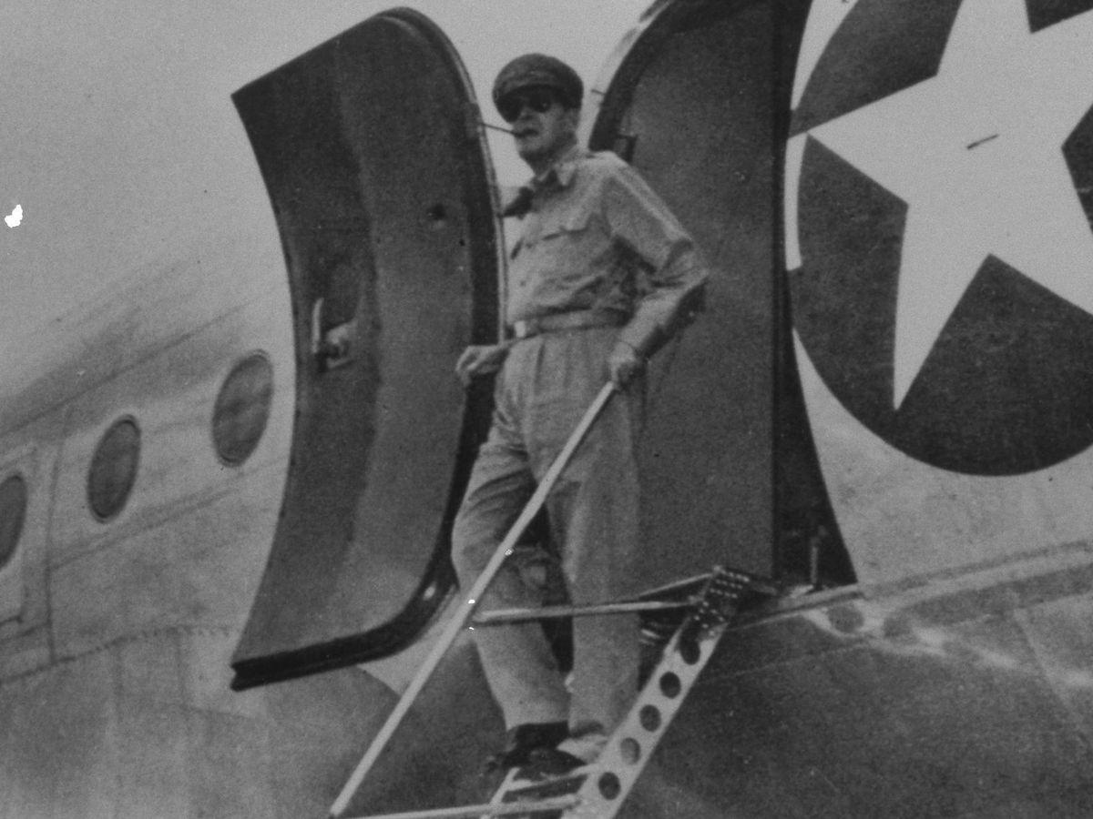 写真・図版 : 1945年8月、厚木飛行場に着いた連合国軍のダグラス・マッカーサー最高司令官=同盟通信社代表撮影