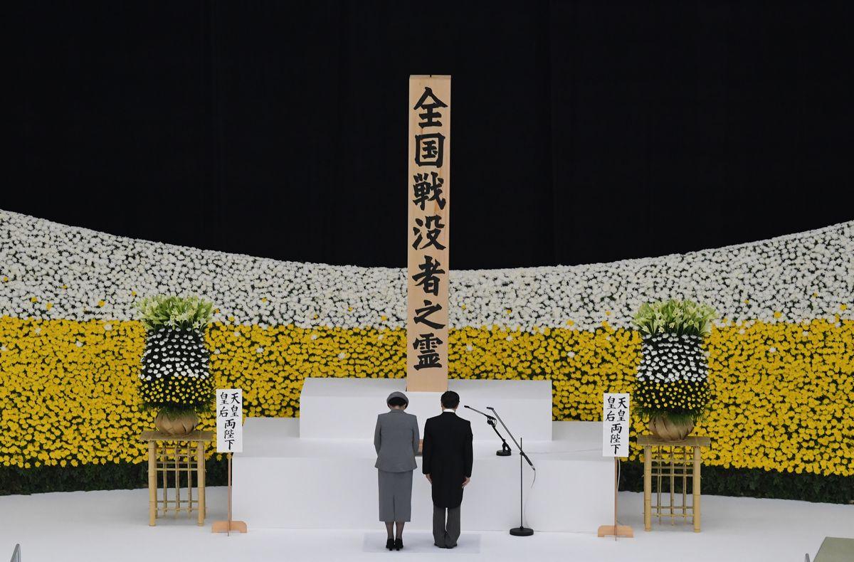 写真・図版 : 2020年の終戦の日、全国戦没者追悼式で黙禱する天皇、皇后両陛下=東京・北の丸公園の日本武道館。朝日新聞社
