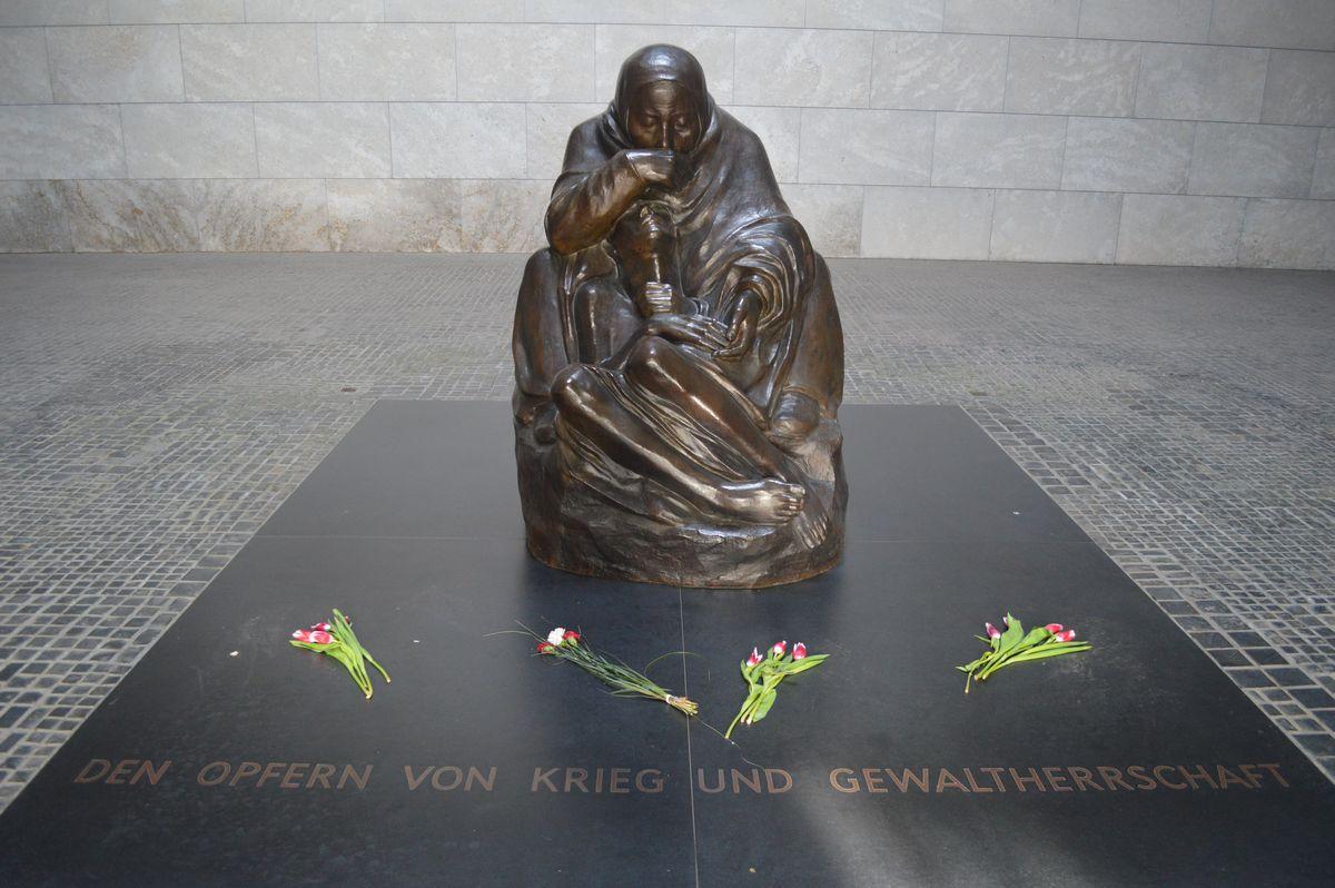 写真・図版 : ドイツの国立追悼施設「ノイエ・ヴァッヘ」にある「哀れみ」の像=2020年、ベルリン。藤田撮影