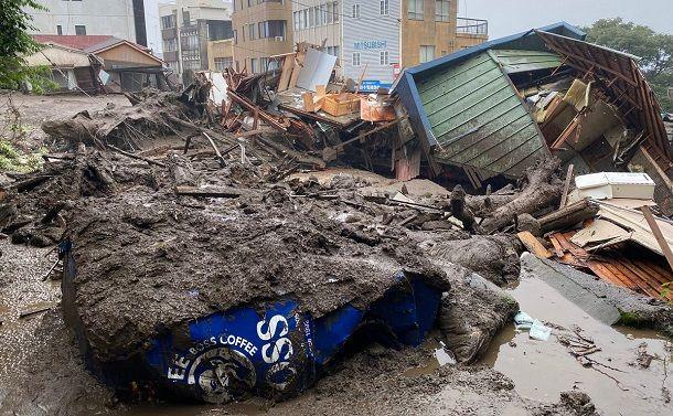 土砂とがれきに覆われた道路は通行できなくなっていた=2021年7月3日、静岡県熱海市