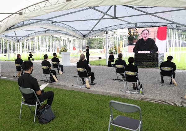 雨の中で開かれた沖縄全戦没者追悼式=2021年6月23日、沖縄県糸満市
