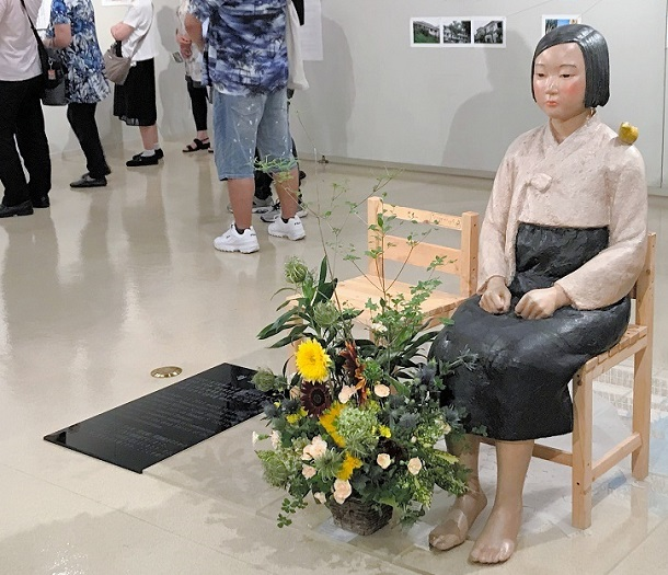 写真・図版 : 「私たちの『表現の不自由展・その後』」に展示された慰安婦を表現した少女像=2021年7月6日、名古屋市中区