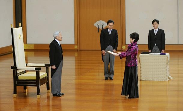 写真・図版 : 鳩山内閣に入閣し、天皇から認証を受ける福島瑞穂消費者・少子化相=2009年9月16日、皇居・宮殿「松の間」、