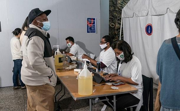 写真・図版 : ニューヨークの地下鉄駅構内に設けられたワクチン接種の会場 lev radin/Shutterstock.com