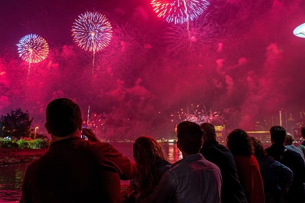 写真・図版 : 7月4日の独立記念日に打ち上げられた花火=ニューヨーク Ron Adar/Shutterstock.com