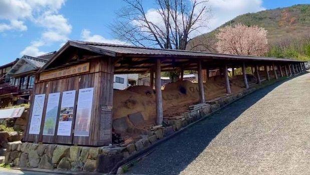 写真・図版 : 斜面沿いに細長く延びる丹波焼の登り窯=丹波篠山市役所提供