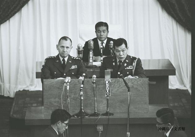 写真・図版 : キャラウェイ高等弁務官(左)/沖縄県公文書館