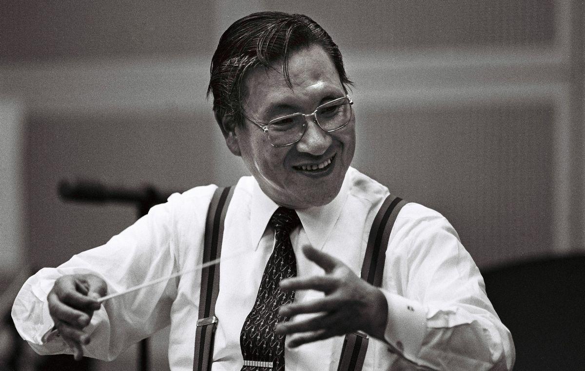 写真・図版 : 東京芸大出身の声楽家。芯の通った経営者としてソニーで活躍し、ウォークマンなどを世に送り出した。盟友の巨匠カラヤンと共にCDを開発し、日米半導体交渉を決着させるなど業界代表として尽力。ジェット機やヨットを操る異能も示した。自ら歌い、タクトを振った他、東京フィルハーモニー交響楽団の会長・理事長として身銭も切り、音楽ホールを建設して軽井沢町に寄贈した