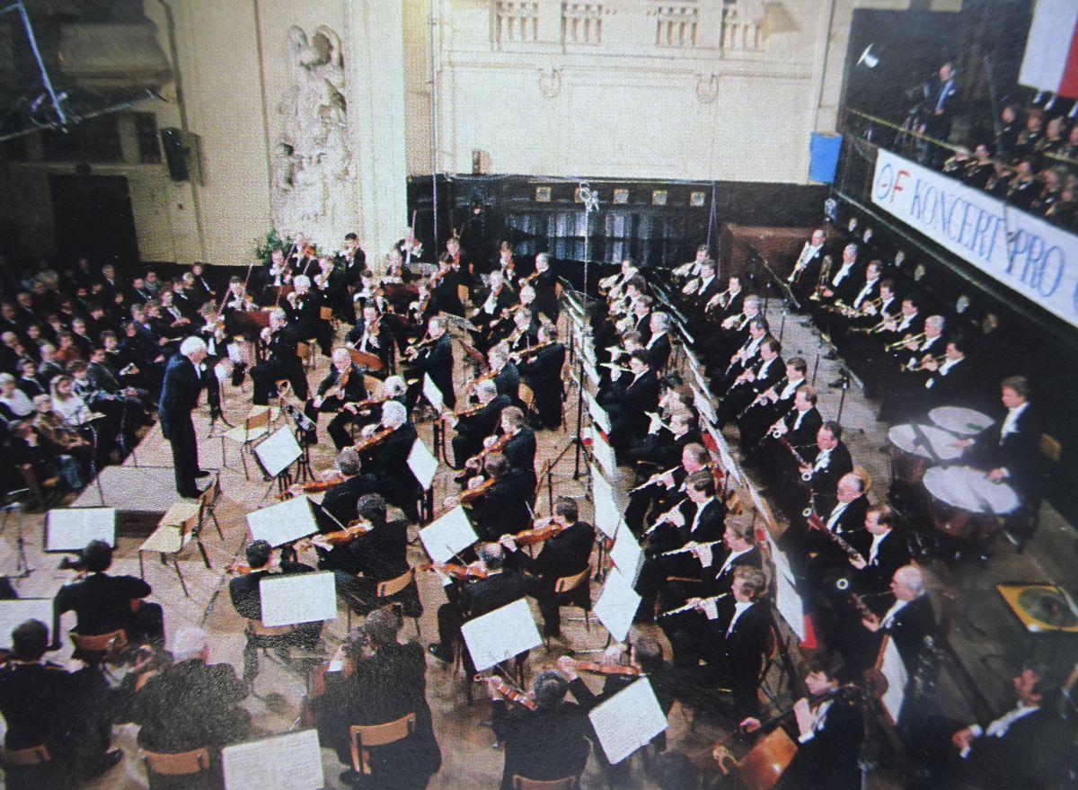 写真・図版 : チェコの革命の勝利を記念するコンサート。筆者は三列目で鑑賞した。「第九」の演奏後、新大統領が客席から舞台にあがり、会場全員でVサインをした=1989年12月14日、プラハのスメタナホール(「AERA」1990年2月10日号から)