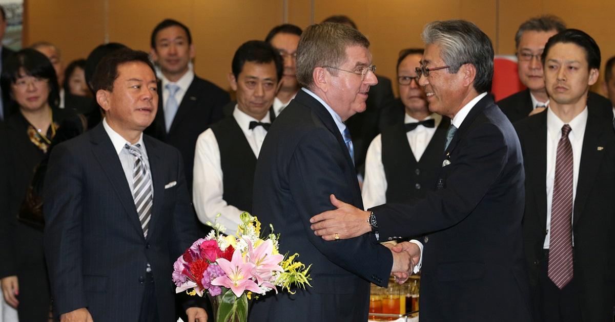 2013年11月20日、レセプションで当時の竹田恒和・JOC会長(右)と握手するトーマス・バッハIOC会長(中央)=東京都港区、杉本康弘撮影