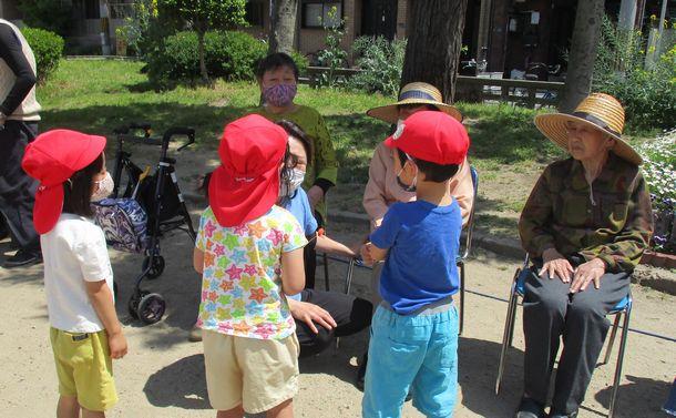 保育園の子どもたちと一緒に野球をするデイサービスの利用者。子どもたちとのふれあいは、こころ和むひととき。