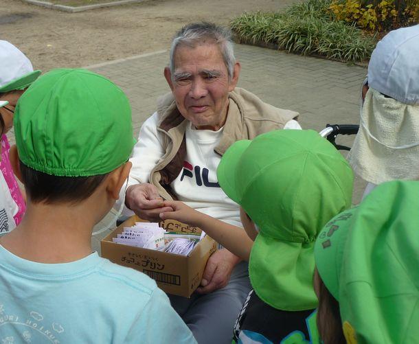 写真・図版 : 利用者が花壇をつくり、ヒマワリや菜の花を咲かせた。種を手作りの袋に詰め、子どもたちに贈った。