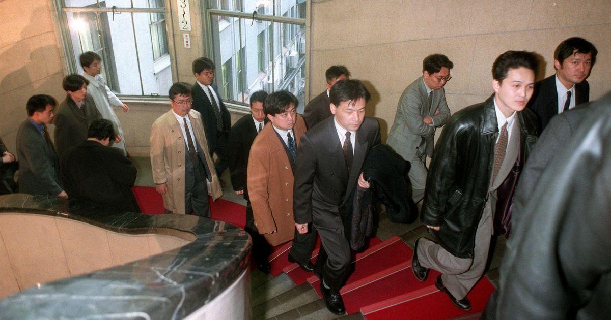 写真・図版 : 大蔵省に家宅捜索に入った東京地検の係官たち=1998年1月26日午後4時40分、東京・霞が関で