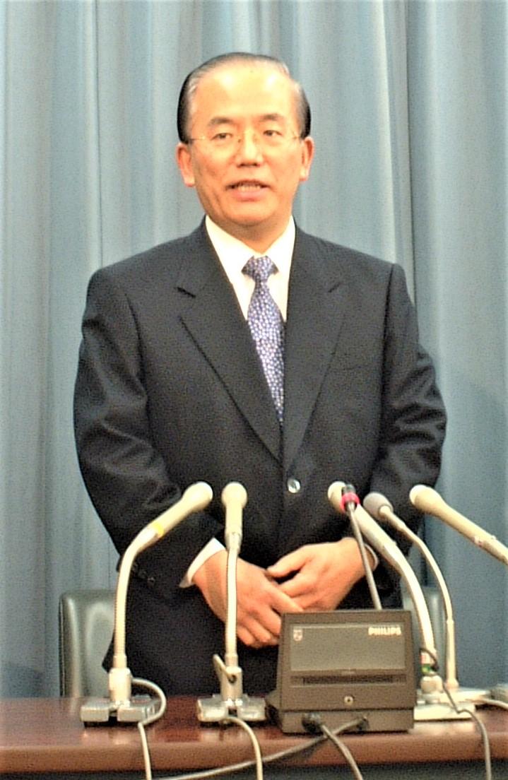 写真・図版 : 財務事務次官の退任にあたって記者会見する武藤敏郎氏=2003年1月14日午後2時11分、東京・霞が関の財務省内で