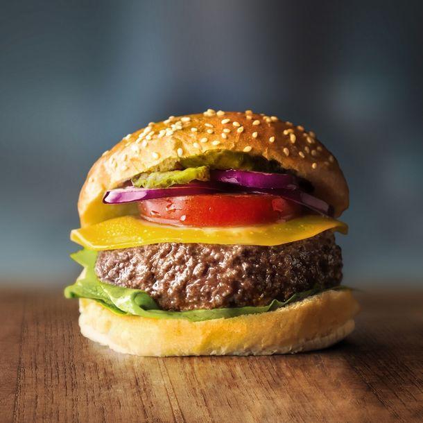 写真・図版 : 図3:オランダのMosa Meat社による細胞培養肉バーガー。当社は欧州における細胞農業産業団体であるCellular Agriculture Europeの立ち上げにおいても主導的な役割を果たしている。(写真はMosa Meat提供)