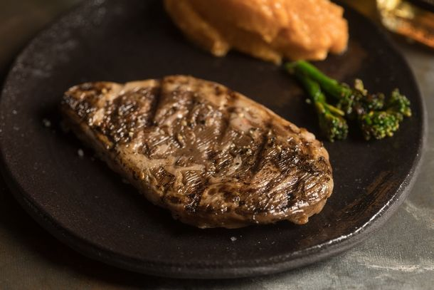 写真・図版 : イスラエルのAleph Farms社による牛リブロースのステーキ。細胞農業では「分厚い」肉を形成することが難しいと言われている中で、当社は敢えてステーキ肉の技術開発を進めている。(写真はAleph Farms提供)