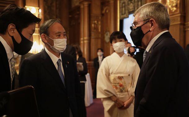 写真・図版 : 「歓迎の夕べ」で会話する菅義偉首相(左から2人目)とIOCのトーマス・バッハ会長=2021年7月18日、東京・赤坂の迎賓館、大会組織委員会提供