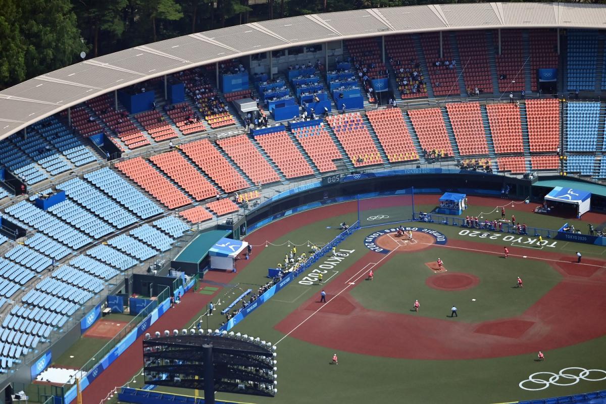 写真・図版 : 無観客の中行われたソフトボールの日本ー豪州戦=2021年7月21日午前、福島県営あづま球場、朝日新聞社ヘリから