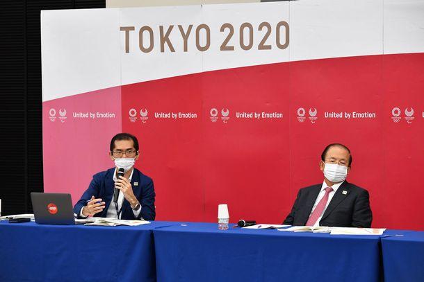 高谷正哲スポークスパーソン(左)と武藤敏郎事務総長