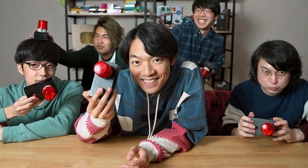 写真・図版 : YouTubeの動画撮影用の部屋で、「QuizKnock」のメンバーと早押しボタンを手にする伊沢拓司(中央)