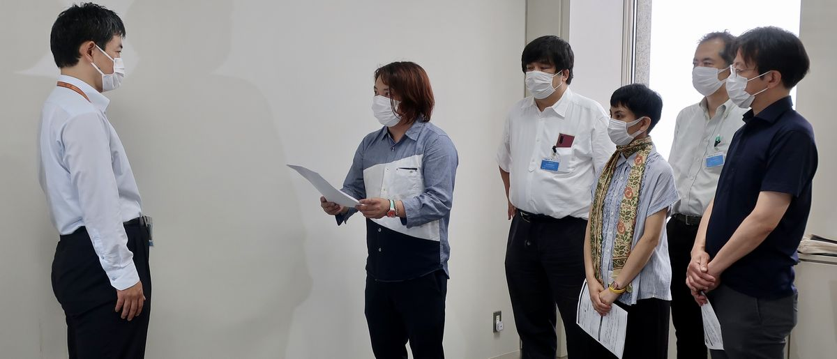 写真・図版 : 東京都に対し、東京五輪・パラリンピック期間の住居喪失者支援について緊急要望をした支援団体代表ら=2021年7月7日