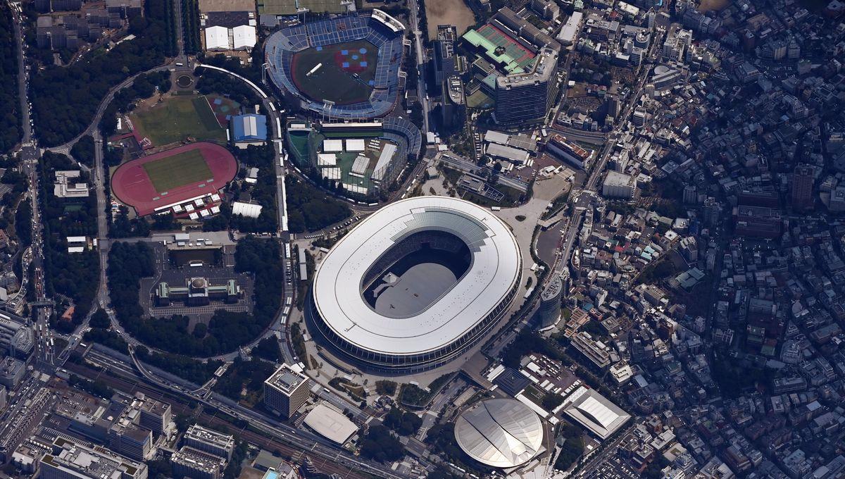 写真・図版 : 東京五輪の開会式の日を迎えた国立競技場=2021年7月23日午後、東京都新宿区、朝日新聞社機から