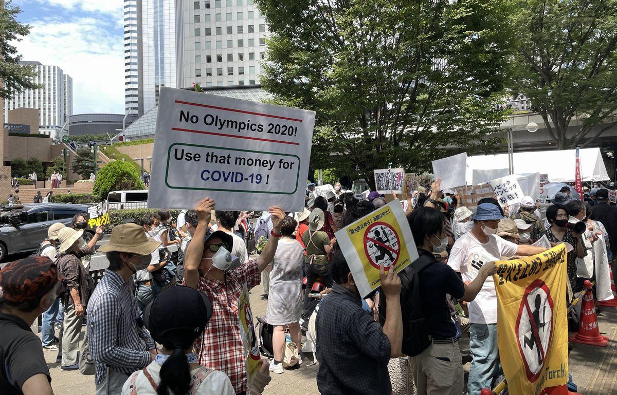 写真・図版 : 東京五輪の開会式の日に東京都庁の前で行われた、五輪反対を訴えるデモ=2021年7月23日午後、東京都新宿区