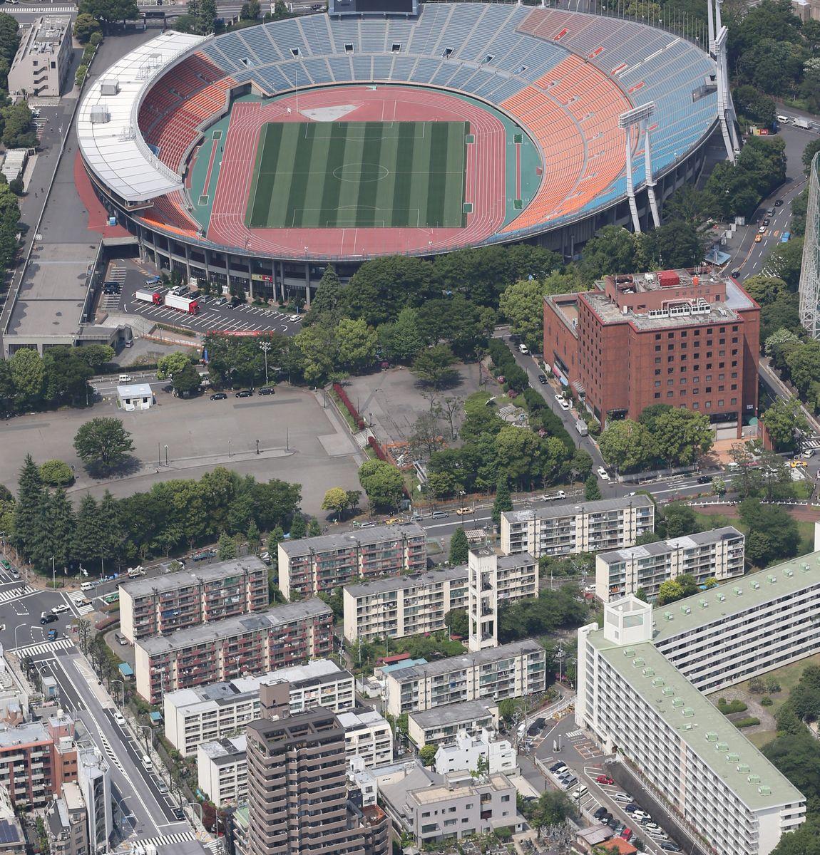 写真・図版 : 旧国立競技場のすぐ南側にあった都営霞ケ丘アパート(下)。新競技場のため解体され、住民は立ち退きを強いられた=2014年5月