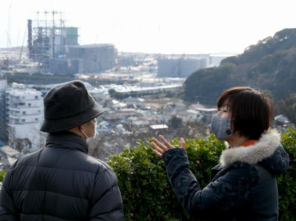 写真・図版 : 横須賀市で建設中の石炭火力発電所について話す平田仁子さん(右)=2021年2月、天田充佳撮影