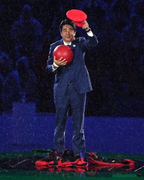 リオ五輪の閉会式のアトラクションで、人気ゲームのキャラクター「マリオ」に扮して「土管」の中から登場した安倍晋三首相(当時)=2016年8月21日、ブラジル・リオデジャネイロ