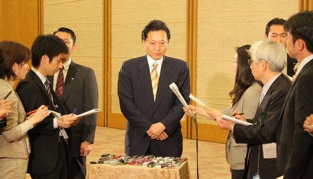 写真・図版 : 辞意表明の当日、記者の質問に答える鳩山由紀夫首相=2010年6月2日、首相官邸