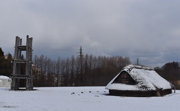 雪化粧の三内丸山遺跡=2019年12月、青森市の三内丸山遺跡