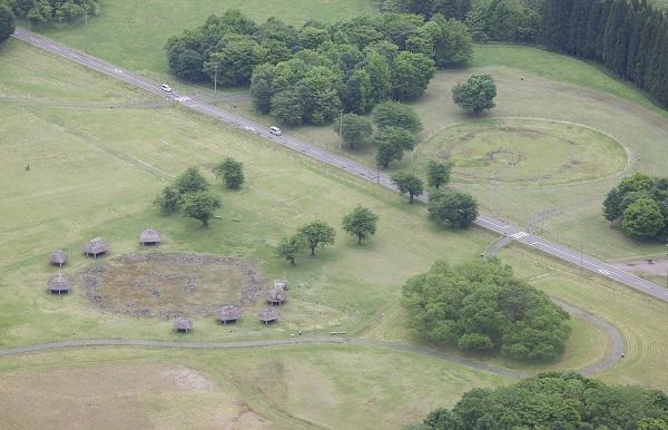 写真・図版 : 北海道・北東北の縄文遺跡群「大湯環状列石」=2021年5月、秋田県鹿角市、朝日新聞社機から