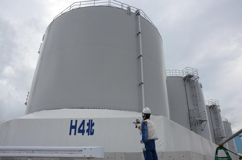写真・図版 : ALPSで処理した水をためているタンク。1基で1200トン程度の水が入るという=2020年9月7日、東京電力福島第一原発