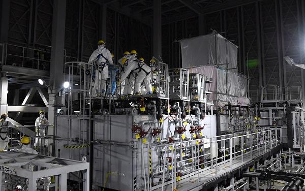 写真・図版 : セシウムを含む62種の放射性物質が除去できる東京電力福島第一原発の多核種除去設備(ALPS)。数日前に不具合が見つかったため、点検作業をする作業員の姿が見られた=2018年12月21日