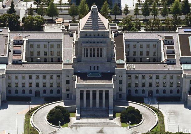 写真・図版 : 国会議事堂=2021年7月17日、東京都千代田区永田町、朝日新聞社ヘリから