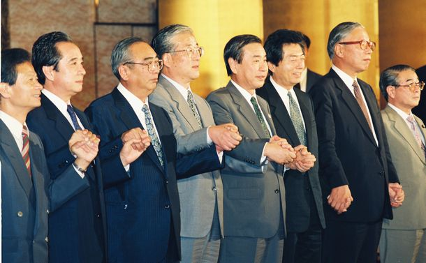 写真・図版 : 連立で合意した非自民8党派。会談に先立ちポーズをとる各党の首脳。右から2人目が武村正義氏=1993年7月29日、東京・永田町のホテルで