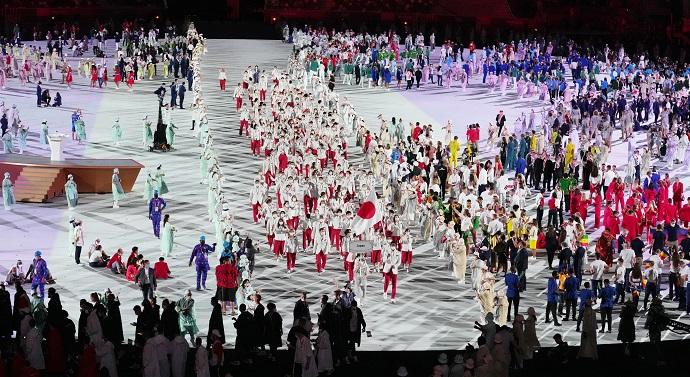 写真・図版 : 五輪開会式で入場行進する日本選手団=20201年7月23日、国立競技場