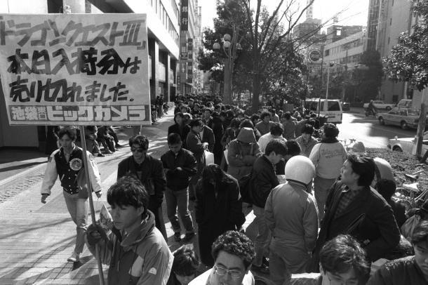 写真・図版 : 新作ファミコンソフト「ドラゴンクエスト3」が全国一斉に発売。東京・池袋の「ビックカメラ」には、小学生から大学生までのファンが、長い列を作った=1988年2月10日、東京都豊島区