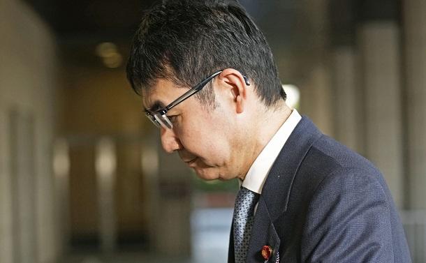 写真・図版 : 東京地裁に入る河井克行元法相=2021年3月23日、東京都千代田区