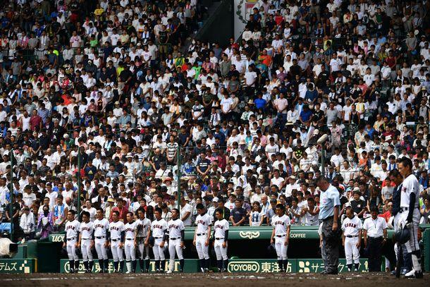 写真・図版 : 試合を中断し、黙とうする興南の選手たち=2018年8月15日正午、阪神甲子園球場