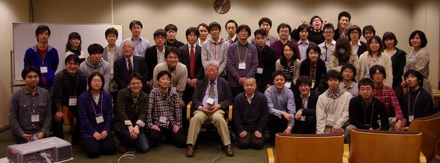 写真・図版 : 記念写真を撮る立花ゼミの卒業生ら。中央に立花さん、右隣が筆者=2012年3月、高橋範吉さん撮影