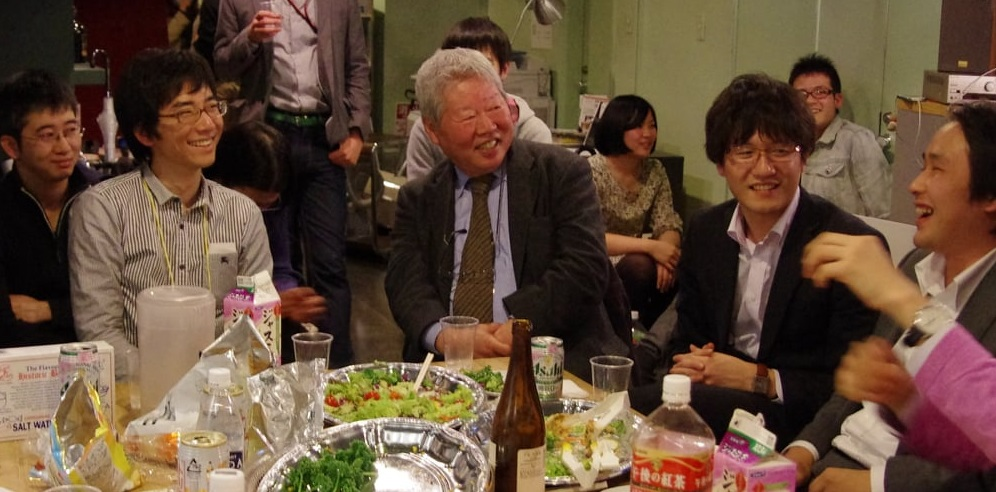 写真・図版 : 懇親会でゼミの卒業生らと話しながら笑顔を見せる立花隆さん=高橋範吉さん撮影